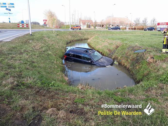 Een automobilist schoot maandagmiddag een sloot in vlakbij de rotonde Maas-Waalweg/Van Heemstraweg in Zuilichem.