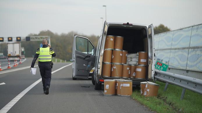 Een busje vol met vaten is aan de kant gezet op de A1 bij Twello.