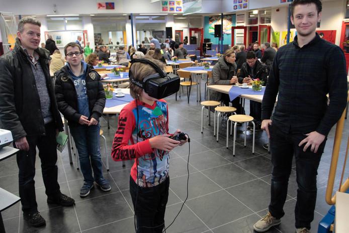 De toekomstige brugklasleerlingen konden, terwijl ze in het huidige schoolgebouw rondliepen, via een 3D-bril kennismaken met het nieuwe schoolgebouw.