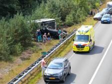Auto én caravan uit Empe vliegen over de kop op A50 bij Apeldoorn