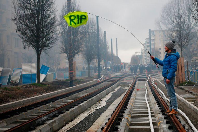 Een demonstrant in Caen afgelopen weekeinde. De letters 'RIP' staan voor referendum bij volksinitiatief, een dezer dagen veelbesproken idee. Beeld AFP