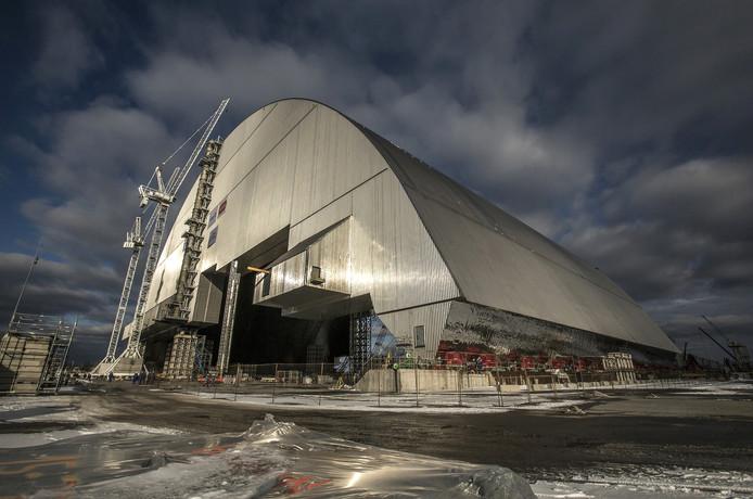 Het omhulsel voor 'Tsjernobyl' wordt met sleeschoenen van Enerpac op z'n plek gebracht.