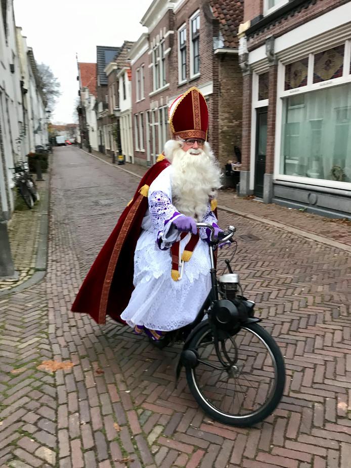 Om op tijd te komen bij basisschool St. Aloysius aan de Spieringstraat in Gouda koos Sinterklaas voor de solex.