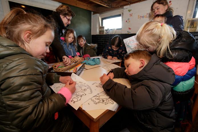 Kinderen tekenen voor het behoud van Kinderbierderij De Schouw in Zutphen. De kinderboerderij heeft structureel geld nodig en vreest voor haar voortbestaan.