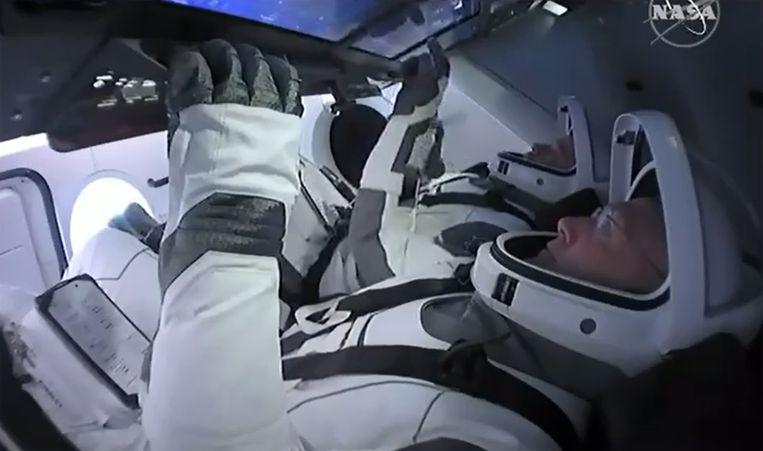 De astronauten Bob Behnken en Doug Hurley zitten inmiddels in de capsule Crew Dragon.  Beeld AFP