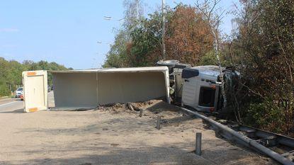 Twee trucks door middenberm E314