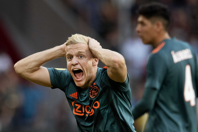 Donny van de Beek is het niet eens met een beslissing van scheidsrechter Danny Makkelie.