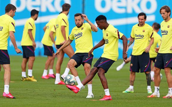 Lionel Messi kijkt toe tijdens een rondo, vandaag op training bij FC Barcelona.