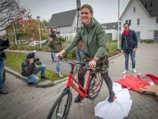 Tranen van vreugde: Tilburgse Lobke sluit rode droomfiets in de armen. 'Het mooiste cadeau ooit'