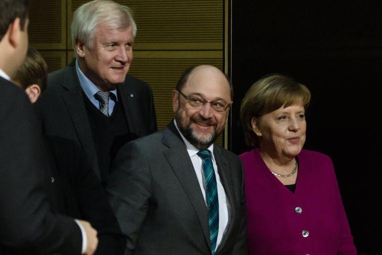Deze drie partijleiders leggen samen met hun medewerkers de laatste loodjes van een mogelijk regeerakkoord. Vlnr. Horst Seehofer (CSU), Martin Schulz (SPD) en Angela Merkel (CDU).