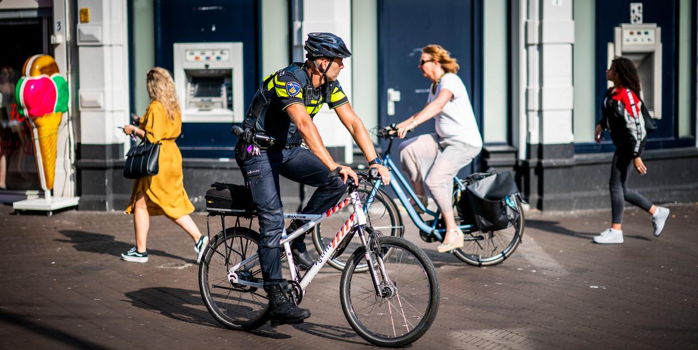Extra politie op straat in het centrum van Den Haag tijdens storing 112 nummer. Beeld Freek van den Bergh / de Volkskrant