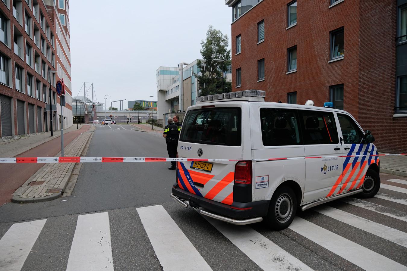 Eenmaal ter plaatse trof de politie niemand aan, wel lagen er meerdere kogelhulzen.
