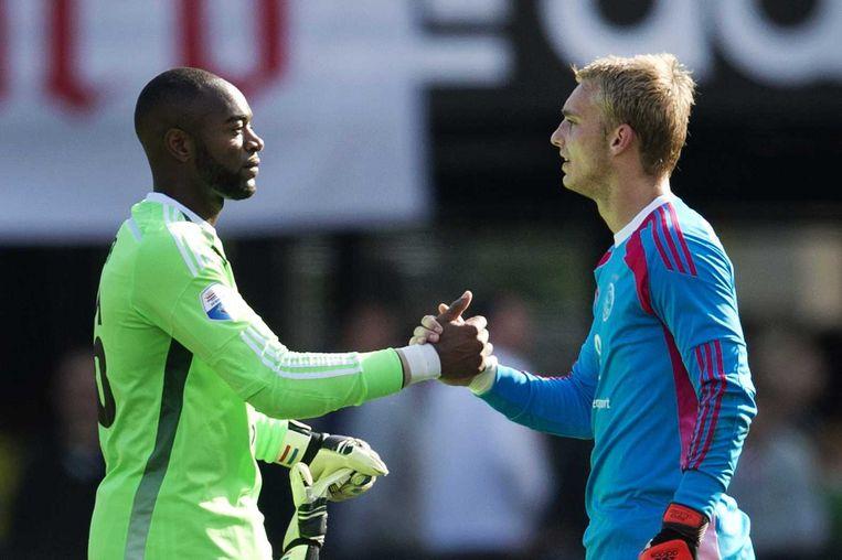Feyenoord-keeper Kenneth Vermeer feliciteert Ajax-keeper Jasper Cillessen (R) na afloop van de wedstrijd. Beeld anp