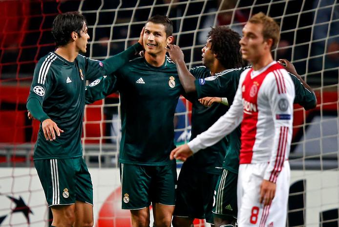De laatste keer, in 2012 won Real Madrid met 1-4 in Amsterdam. Cristiano Ronaldo (m) wordt gefeliciteerd na de 0-1.
