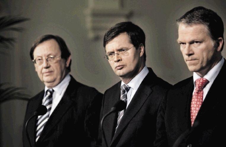 Sombere gezichten bij bankpresident Wellink, premier Balkenende en minister van financiën Bos. ( FOTO REUTERS) Beeld REUTERS