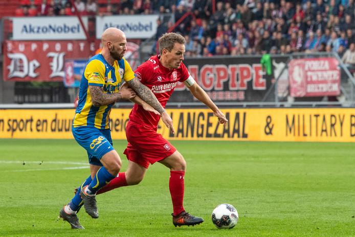 Wout Brama (rechts) in actie in het duel met TOP Oss.