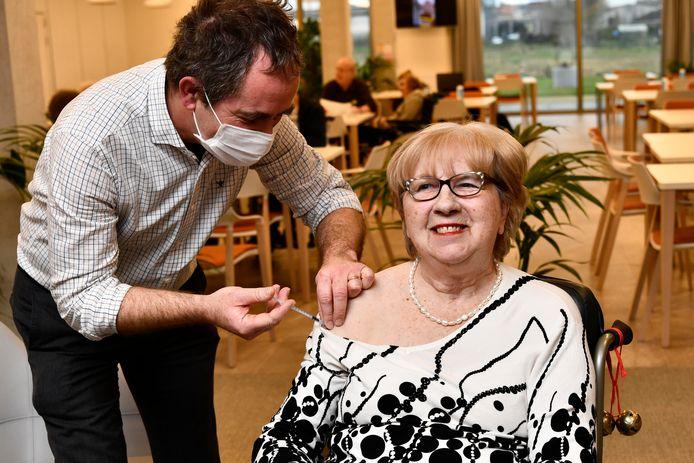 Monique Van Coillie (78) kreeg als eerste West-Vlaamse het coronavaccin toegediend in rusthuis De Zonnewende in Meulebeke. Voor de grote bevolking worden nog volop vaccinatiedorpen uitgedokterd.