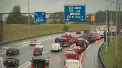 Code geel: hevige regenbuien veroorzaken ellende op de weg, blikseminslag in Gent Sint-Pieters