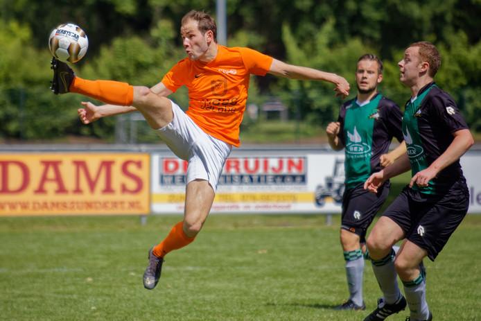 Met een acrobatische sprong weet Moerse Boys-speler Pim Goossens (links) de bal te controleren, om vervolgens de  2-0 binnen te schieten.