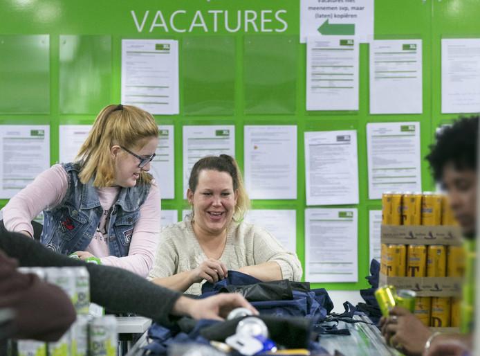 De afdeling 'Aan de slag' bij Weener XL laat mensen twee dagen per week wennen aan eenvoudig productiewerk.