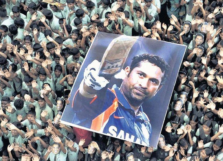 Studenten in de Indiase stad Madras houden een poster van Tendulkar boven hun hoofd. Beeld ap