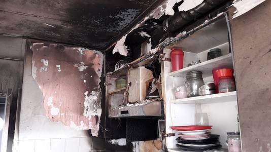 Het plafond van de keuken en de hal in de woning aan de Monseigneur Ariënsstraat in Hoogerheide zijn zwartgeblakerd.
