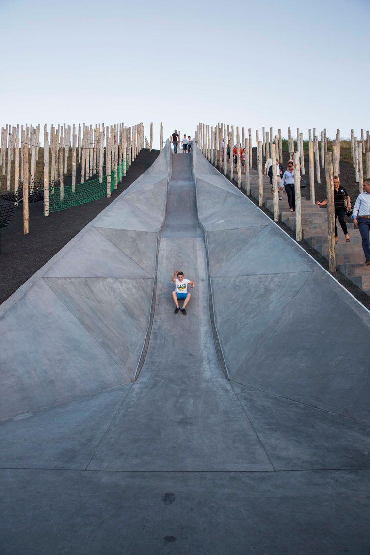 Op de glijbaan hebben erg veel kinderen zich bezeerd.