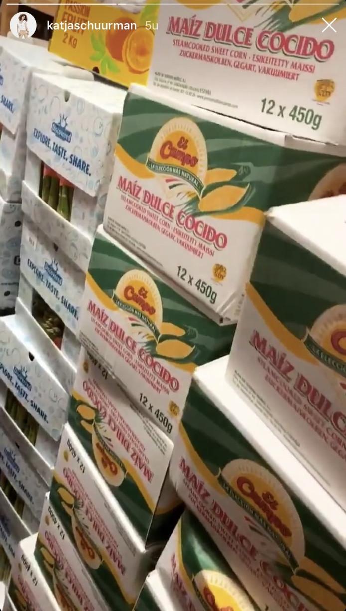 Tientallen dozen vol groenten staan klaar voor het aanstaande huwelijk.