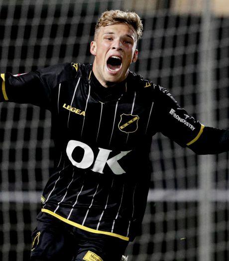 Invaller Van Hooijdonk opent rekening in betaalde voetbal en leidt NAC langs Jong AZ