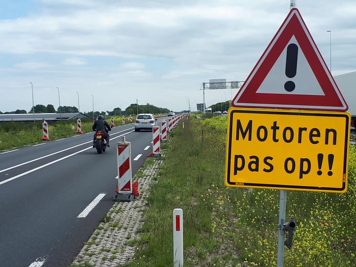 Extra waarschuwingsborden bij de scheuren in de weg.