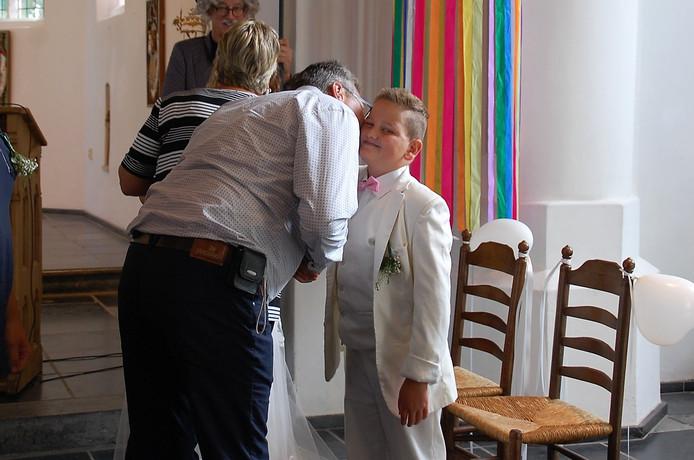 Jayden wordt gefeliciteerd door zijn vader.