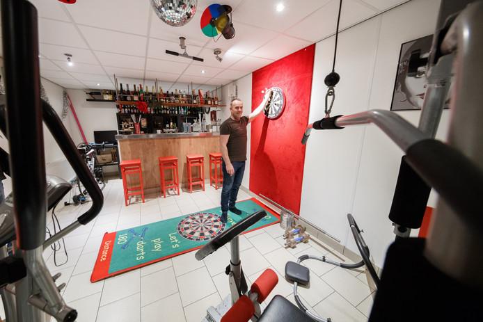 Van darten komt het niet veel meer bij Marcel de Leeuw,  de mancave is verworden tot sportschool aan huis in Sint Willebrord.