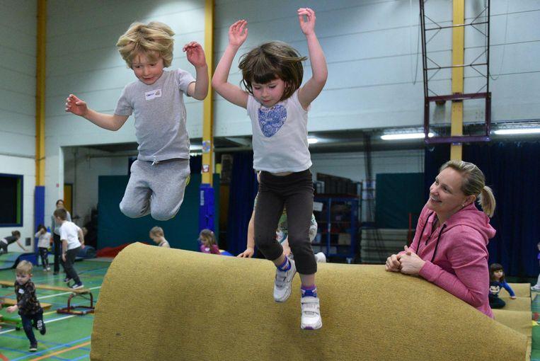 De kleuters doen niets liever dan op hindernissen klimmen en eraf springen.