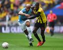Vincent Kompany in duel met Abdoulaye Doucoure tijdens de FA Cup-finale.