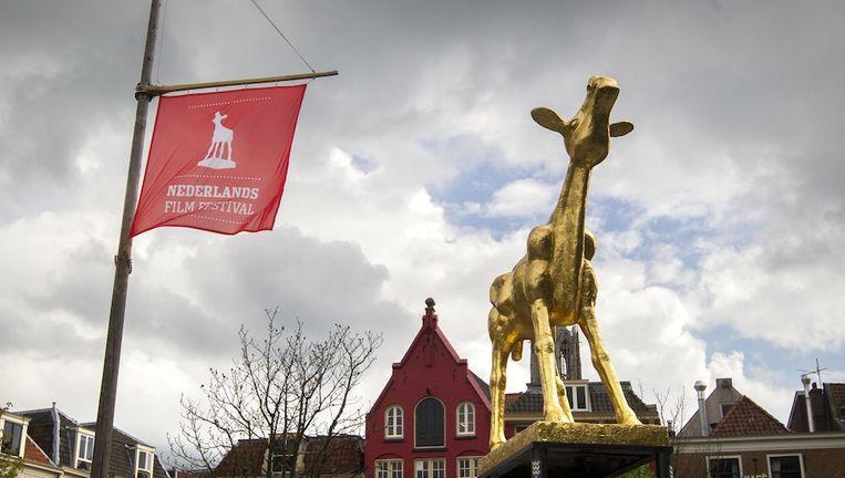 Het Gouden Kalf staat op de Neude tijdens de 35e editie van het Nederlands Film Festival. Beeld anp