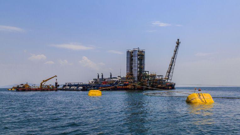 Het gaswinningsplatform in het Kivumeer ligt tien kilometer uit de kust. Beeld Timothy Kisambira