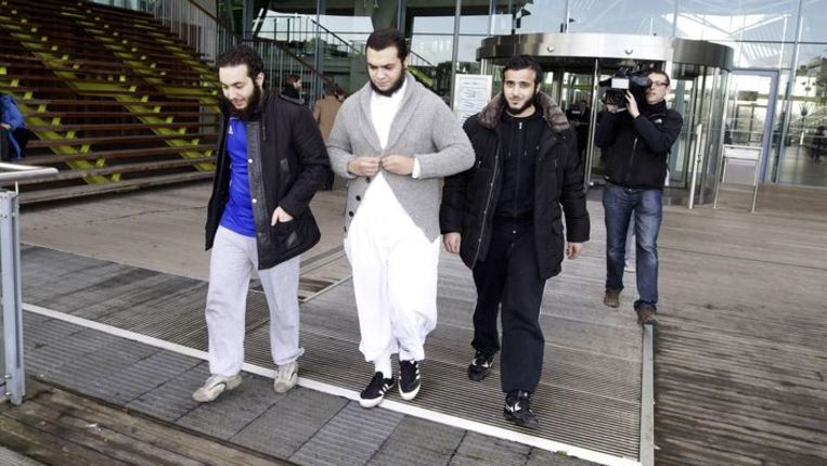 Volgers van Sharia4Belgium verlaten de rechtbank in Antwerpen waar Abu Imran in januari twee jaar gevangenisstraf kreeg opgelegd. Beeld AFP