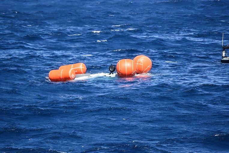 De NH90  werd drijvende gehouden door vier grote plastic ballonnen. Nadat twee van de vier drijflichamen waren geknapt, is de helikopter gezonken. Beeld Ministerie van Defensie