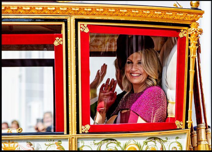 Koningin Maxima zwaait tijdens de rijtoer in de gouden Koets.