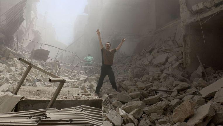 Verwoeste gebouwen in Al-Kalasa, de wijk van Aleppo die in handen is van de opstandelingen, na een luchtaanval. Beeld Ameer Alhalbi / AFP