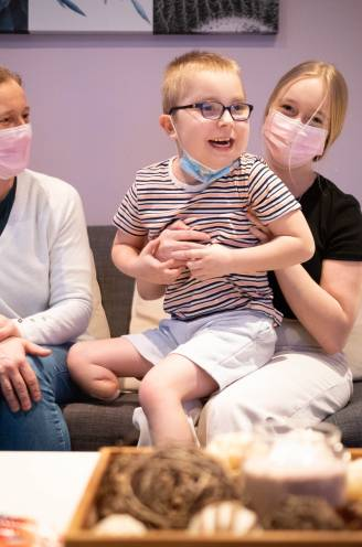 """Senne (7) mag na harttransplantatie en beenamputatie eindelijk weer naar huis: """"We vreesden voor een slechte afloop, dit is een wonder"""""""