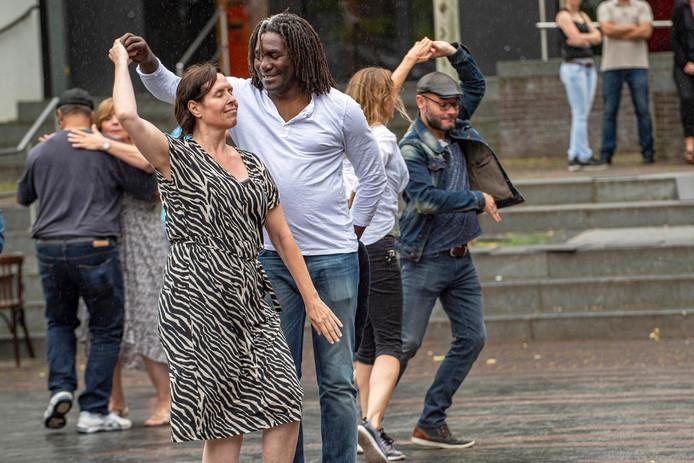 Dat het niet helemaal droog bleef, deerde de bezoekers van het salsa-evenement eerder dit jaar niet.