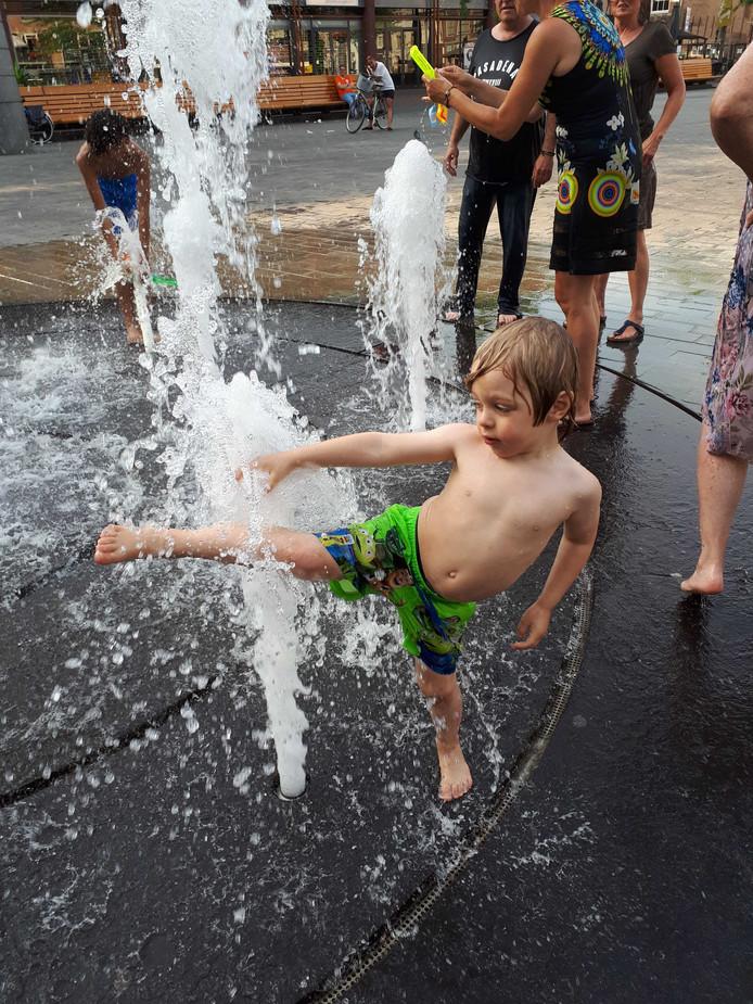 Niet alleen volwassenen vermaakten zich in de fontein.