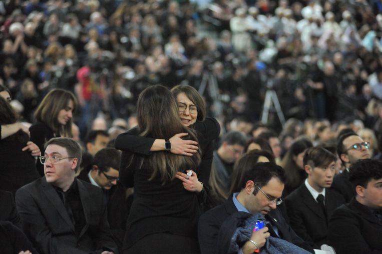 Nabestaanden zoeken steun bij elkaar tijdens een herdenkingsdienst op 12 januari, in Edmonton, Canada.