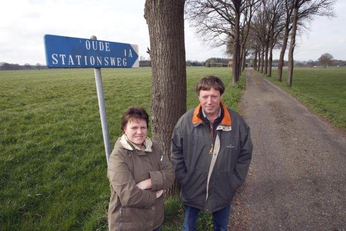 Joke en Henk van Coeverden aan het begin van hun oprit. De gemeente wil hun woonplaats veranderen van Holten in Bathmen, maar volgens het echtpaar zorgt dat voor problemen. foto Ab Hakeboom
