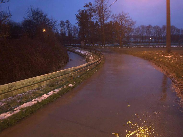 De Neckerspoelstraat staat blank. Tielt-Winge houdt zijn hart vast en kampt donderdagavond met wateroverlast.