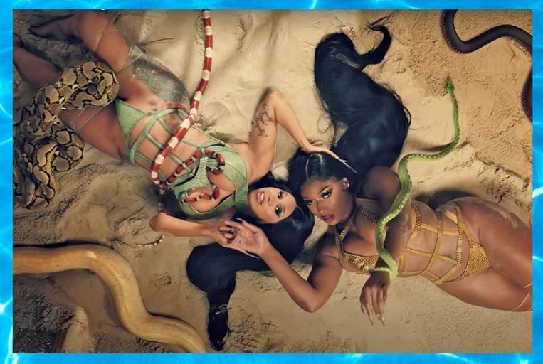 Cardi B (links) en Megan Thee Stallion in de clip van WAP.  Beeld Alicia Fernández Solla.