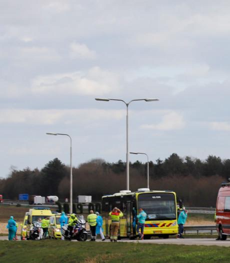 Kapotte ic-bus met coronapatiënten na korte check in Radboudumc naar Groningen gesleept