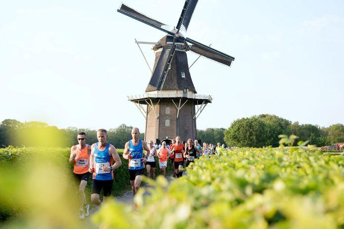 De Stationsloop passeerde vorig jaar nog de molen in Vilsteren. Voor dit jaar is het evenement afgelast.