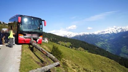 Chauffeur raakt bewusteloos in Alpen. Held voorkomt dat reisbus in ravijn stort